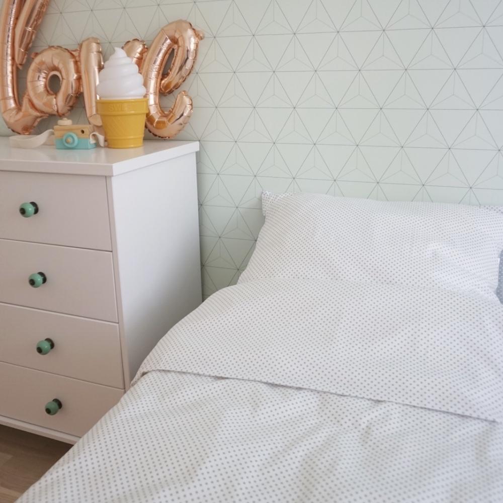 Väikeste hallide ristikestega voodipesu lastele - erinevad suurused